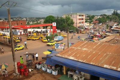 Scène de rue près du carrefour Biyem-Assi à Yaoundé.