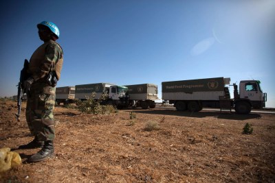 La MINUAD escorte des camions du Programme alimentaire mondial (PAM) à Shangil Tobaya, dans le nord du Darfour.