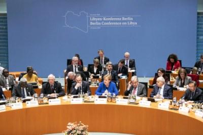 La chancelière allemande, Angela Merkel, prend la parole à la Conférence de Berlin sur la Libye aux côtés du Secrétaire général de l'ONU, Antonio Guterres (droite)