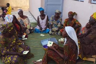 Des femmes en séance de réunion pour l'octroie des crédits revolving destinés aux membres de l'Union des Groupements Féminins pour le Développement de Notto Diobass (UGDEN), Thiès (Sénégal)