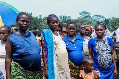 Alors que le monde s'efforce d'arrêter le nouveau coronavirus, la République démocratique du Congo s'efforce également d'arrêter la propagation de la rougeole, une nouvelle flambée d'Ebola et des conflits armés, entraînant avec elle des violences sexuelles contre les femmes qui, en tant que soignantes, sont souvent en danger. les premières lignes des soins aux malades et aussi souvent blâmés pour la propagation de ces virus.