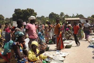 Des femmes et des enfants déplacés se sont rassemblés sur un site de déplacés dans la ville de Paoua, en République centrafricaine. (photo d'archive)