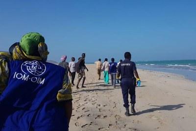 Des membres du personnel de l'OIM dans la ville d'Obock, à Djibouti, se précipitent sur une plage au bord de la mer Rouge pour aider les autorités à rechercher des migrants rescapés d'une tragédie en mer (archive)