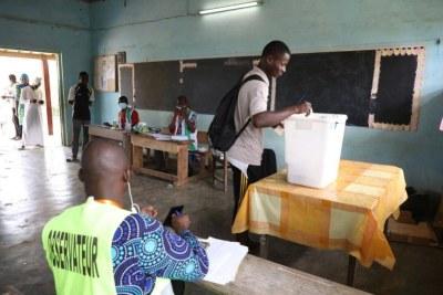 Un électeur à Bonoua en train d'accomplir son devoir citoyen.