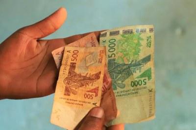 Billets de 500, 1000 et 5000 francs CFA.