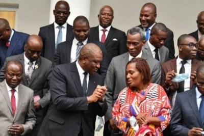 Le Premier ministre Hamed Bakayoko entouré dse responsables de partis politiques et de la société civile.