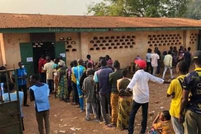 Une file d'attente devant un bureau de vote de Bangui, le 27 décembre 2020.