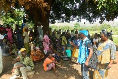 Des réfugiés centrafricains attendent une distribution d'articles alimentaires et non alimentaires à Mobayi-Mbongo, en République démocratique du Congo.