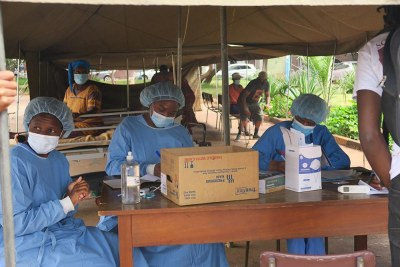 MSF staff screening patients at Parirenyatwa Hospital in Zimbabwe (file photo).
