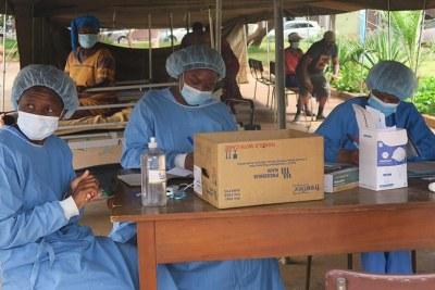 MSF staff screening patients at Parirenyatwa Hospital in Zimbabwe.