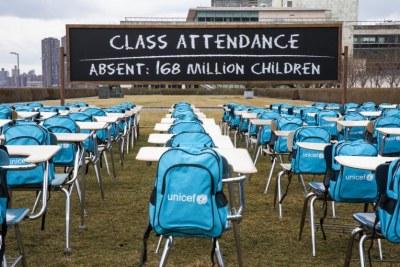 La « Salle de classe de la pandémie » présentée par l'UNICEF au Siège de l'ONU à New York souligne la nécessité, pour les gouvernements, de privilégier la réouverture des écoles