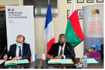L'accord a été signé entre le ministre de l'Économie et des Finances, Richard Randriamandrato et l'Ambassadeur de France à Madagascar, Christophe Bouchard.