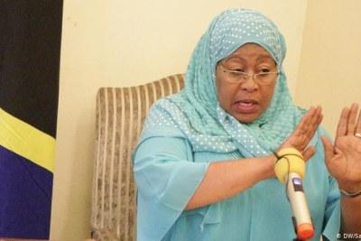 Selon la constitution tanzanienne, la vice-présidente Samia Suluhu Hassan est désormais la présidente par intérim.