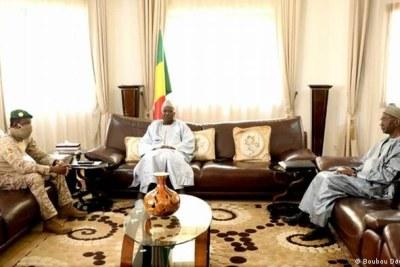 Le chef du coup d'État et vice-président Assimi Goita, à gauche, l'ancien président Bah N'Daw, au centre, et l'ancien Premier ministre Moctar Ouane.