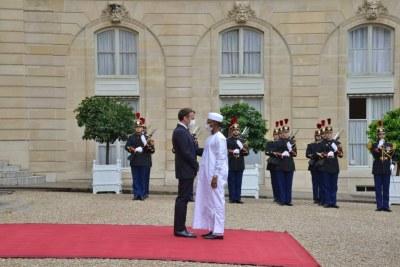 Le Président du Conseil militaire de transition, Président de la République, Chef de l'Etat, le Général de Corps d'Armée, MAHAMAT IDRISS DEBY ITNO, reçu par le Président français, Emmanuel Macron