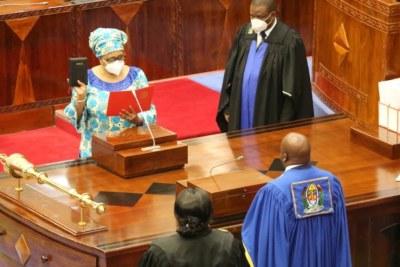 Stergomena Tax prête serment en tant que membre du parlement tanzanien devant le président de l'Assemblée nationale, Job Ndugai, le 10 septembre 2021.