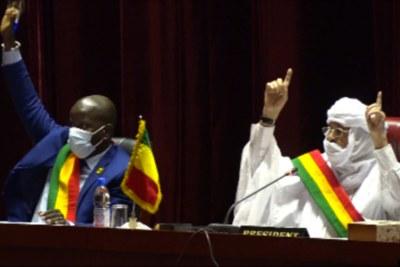 Des membres du Conseil national de transition (CNT) votant l'adoption de deux projets de lois d'amnistie au profit la junte à Bamako au Mali le 16 septembre 2021.