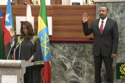 Ashenafi Meaza, à droite, faisant prêter serment à Abiy Ahmed en tant que Premier ministre éthiopien