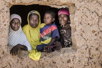 Les membres d'une famille regardent par la fenêtre de leur maison dans leur village au Niger (photo d'archives).