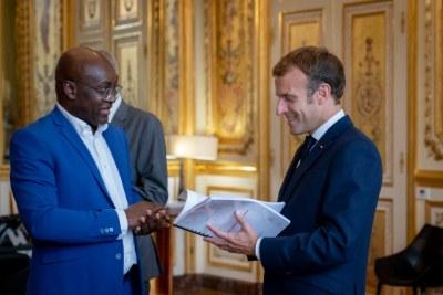 Mardi 5 octobre, le Président de la République Emmanuel Macron a reçu le Professeur Achille Mbembe pour un entretien. À l'issue, le Professeur a remis au Président sa contribution sur les nouvelles relations Afrique-France.