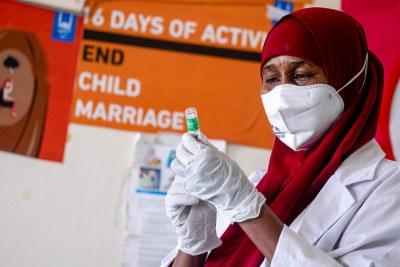 Un agent de santé prépare un vaccin contre la Covid-19 dans un hôpital de Mogadiscio, en Somalie.